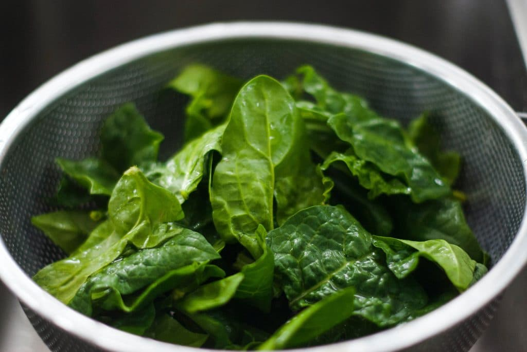 Spinach contains vitamin C, antioxidants, and beta carotene